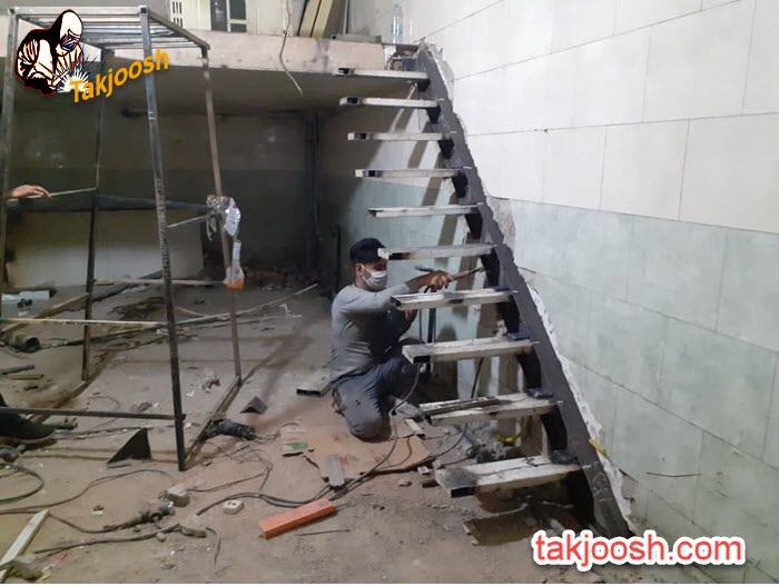 پله ی داخل ساختمان